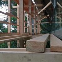 Une armature en bois dans une maison en construction.