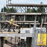 Un travailleur dans un chantier de construction.