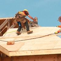 Deux travailleurs sur un toit en construction à Charlottetown le 1er octobre 2020.