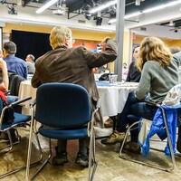 Des citoyens discutent lors de tables rondes pendant une soirée de consultation de l'Ordre des architectes du Québec à Sherbrooke le 4 avril 2017