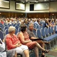 Des résidents sont assis dans une salle de réunion du palais des congrès de Gatineau.