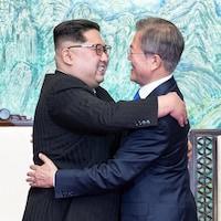 Kim Jong-un et Moon Jae-in tout sourire devant les caméras.