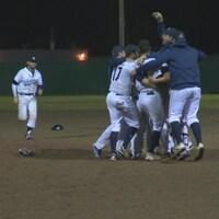Des joueurs de baseball s'enlacent sur le terrain.