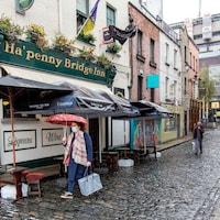 Une femme marche seule dans une rue.