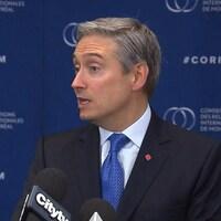 Le ministre Champagne répondant aux questions des journalistes.