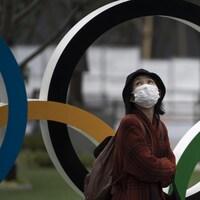 Elle passe devant les anneaux olympiques.