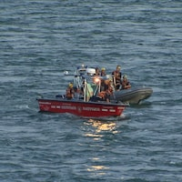 Deux embarcations sur le fleuve Saint-Laurent