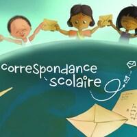 Des élèves de différents ethnicités tiennent des lettres autour de la planète terre.