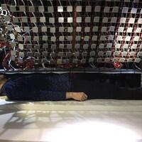 Un homme est couché sur un matelas avec des écouteurs
