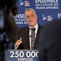 Philippe Couillard en conférence de presse à Sept-Îles.
