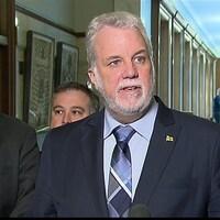 Le premier ministre Couillard entouré de membres de son conseil des ministres