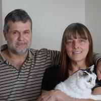 Photo de Frédéric Perreault et sa conjointe Madeleine Carreau qui ont vécu 4 ans dans la rue. On les voit ici dans leur appartement avec leur chat.