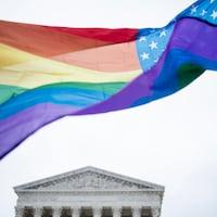 Un drapeau de la communauté LGBTQ avec les 50 étoiles du drapeau américain.