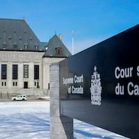 Le bâtiment de la Cour suprême du Canada en hiver.