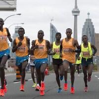 8 coureurs avec Toronto en arrière-plan
