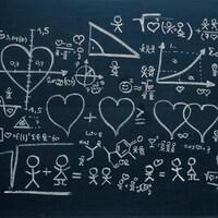 Une infographie montre sur un tableau noir des coeurs, des équations mathématiques et des bonhommes allumettes.