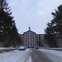La rue bordée d'arbres et la façade du couvent