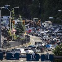 Des voitures en file pour accéder au traversier de BC Ferries.