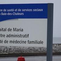 Un panneau annonce l'hôpital de Maria.