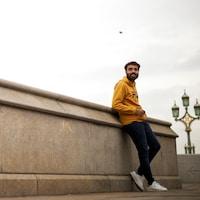 Un homme se tient sur le pont Westminster, à Londres.