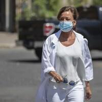 Une femme portant un masque de protection marche dans la rue.
