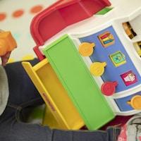 Un enfant joue dans une garderie.