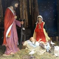 Les personnages Joseph, Marie et Jésus entourés d'animaux dans une crèche grandeur nature.