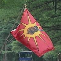 Gros plan du drapeau des Mohawks d'Oka.