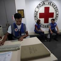 Un employé de la Croix-Rouge travaille à un ordinateur.