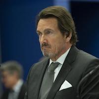 Pierre Karl Péladeau assis et de profil.