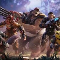 Sur une illustration promotionnelle pour le jeu Crucible, cinq personnages colorés de jeu vidéo avancent vers la caméra en tenant des armes.