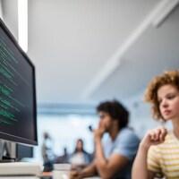 Des messages cryptés visibles sur un écran d'ordinateur.