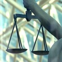 Une statue montre la balance de la justice