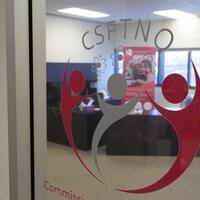 Un logo de la CSFTNO sur la porte qui donne sur ses bureaux.