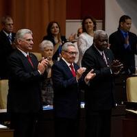 Le président cubain Miguel Diaz-Canel (à gauche), le dirigeant du Parti communiste cubain Raul Castro (au centre) et le président de l'Assemblée nationale, Esteban Lazo, applaudissent lors de l'adoption de la nouvelle constitution à La Havane, Cuba, le 10 avril 2019.