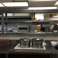 La cuisine d'un restaurant où s'activent des employés avant le début de leur quart de travail.