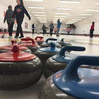 Quelques pierres de curling, au club de Mattawa.