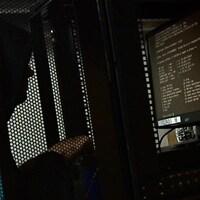 Une personne devant un écran d'ordinateur