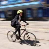 La cycliste se déplace sur une route achalandée de Toronto.