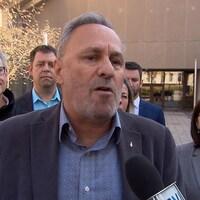 Daniel Boyer, président de la FTQ, entouré d'hommes et de femmes.