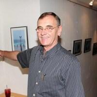 Un homme montre du doigt une photo qu'il a prise.