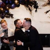 Danny Ramadan embrasse son conjoint lors de la célébration de leur mariage.