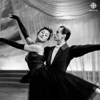 Une femme et un homme dansent une valse.
