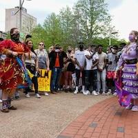Des danseuses autochtones étaient à la manifestation du mouvement Black Life Matter de Moncton le 5 juin 2020 .