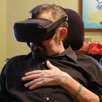 Darrell Johnson, un patient de l'Hospice, porte un casque de réalité virtuelle.