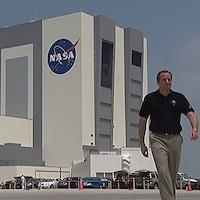David Saint-Jacques se tient devant les bâtiments de la NASA à Houston au Texas.