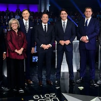 L'animateur Patrice Roy entouré des chefs de partis Jagmeet Singh, Elizabeth May, Maxime Bernier, Justin Trudeau, Andrew Scheer et Yves-François Blanchet, lors du débet en français, jeudi.