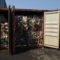 Des conteneurs maritimes qui contiennent des déchets.
