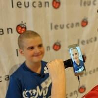 Un enfant qui s'est fait raser la tête se fait prendre en photo