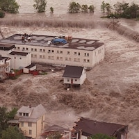 Une vue aérienne des bâtiments entourés d'eau au quartier du Bassin lors du déluge de 1996.